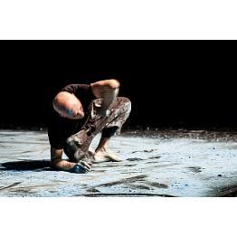 Ricardo Iazzetta faz Blue Requiem, performance solo de dança, no Sesc Pinheiros